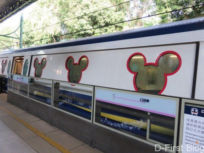 ミッキーの窓の電車