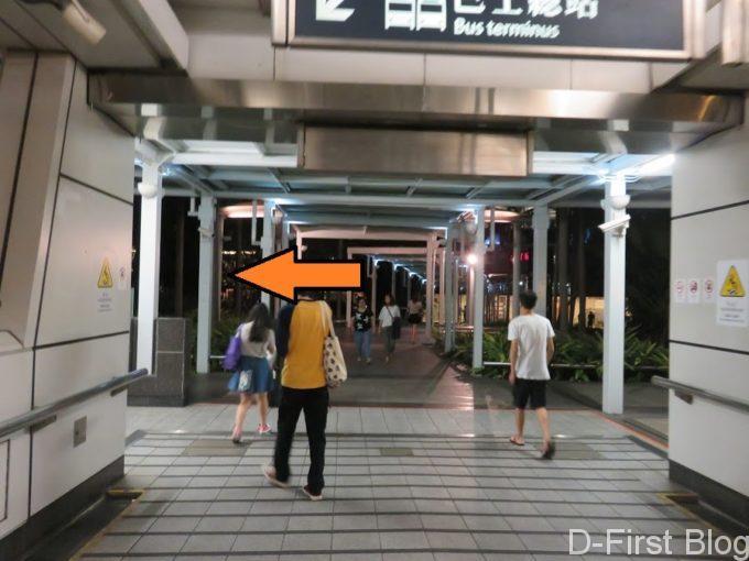 オレンジ色の矢印が付いている奥側の通路を進みます。