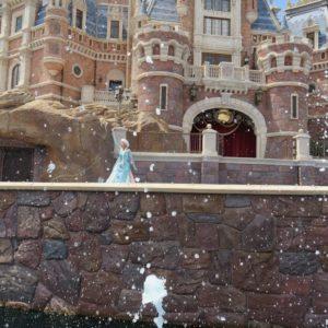 エルサの魔法で水が飛び跳ねます