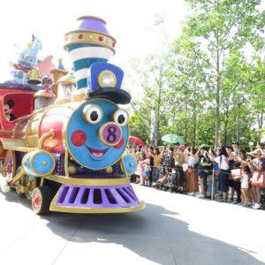 汽車にはミッキーとドナルドが乗っています
