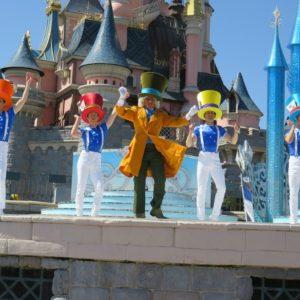 ダンサーに帽子を被らせるマッドハッター