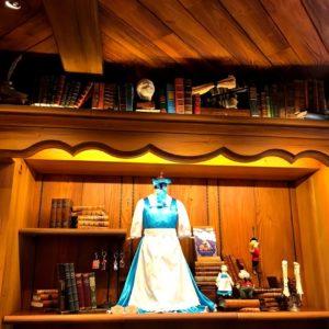 本屋さんなので上には本があります