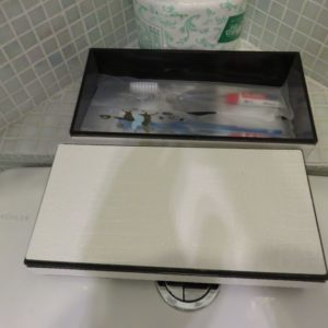 箱には歯ブラシ、シャワーキャップ、衛生袋が入っています。