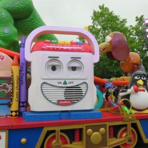 左のおもちゃが「ミスター・マイク」、ペンギンのおもちゃが「ウィージー」という名前
