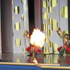 ボンファイアーダンスでは炎が
